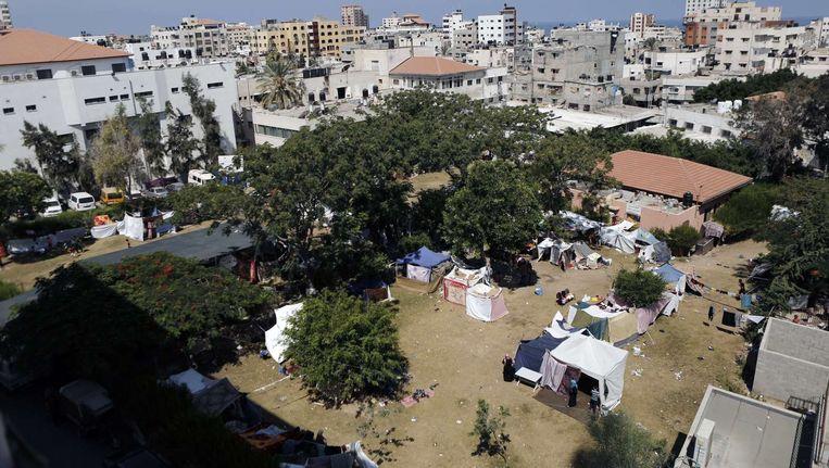 Tenten in de tuin van het Al Shifa-ziekenhuis in Gaza. Beeld afp