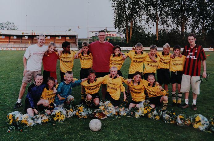 Meerkerk D1 werd kampioen na een beslissingswedstrijd tegen NOAD'32. Dick Kooijman staat in het midden met een ijsje in zijn mond. Rechts van hem Theo van Zessen.