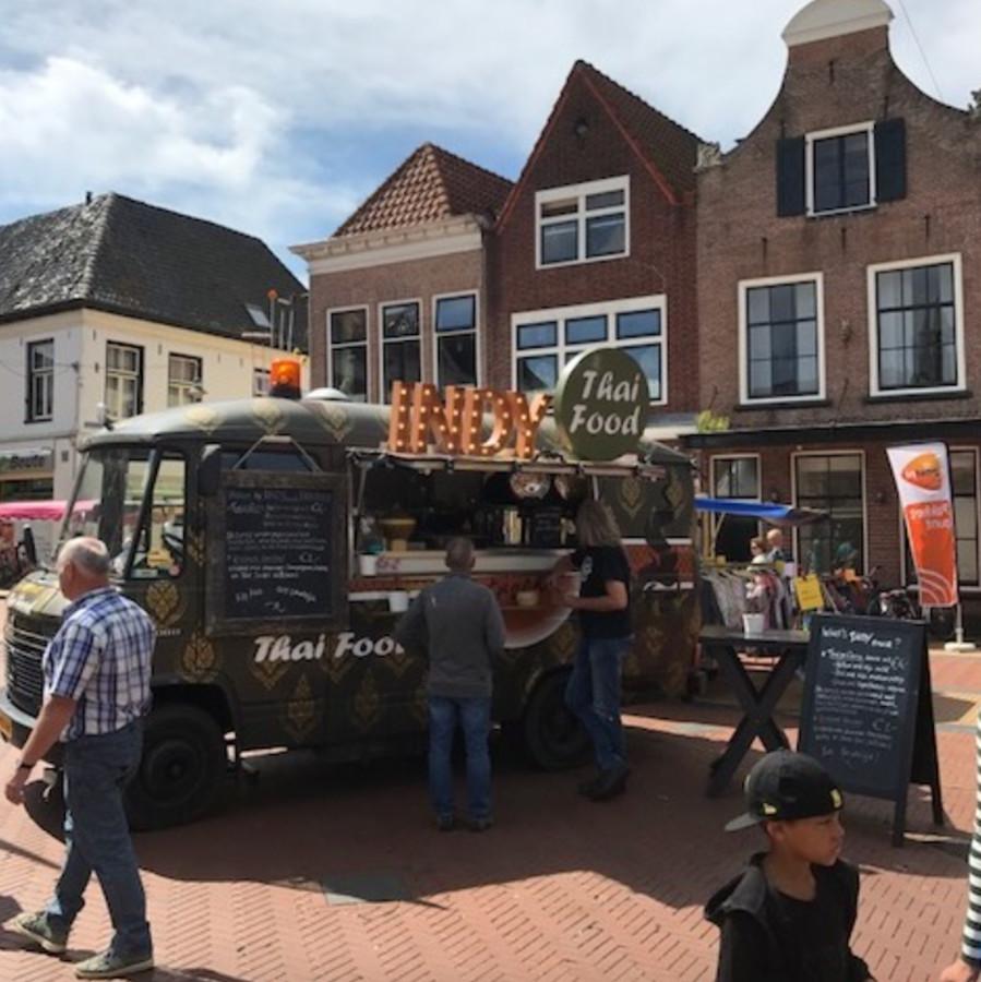 Foodtrucks met eten uit alle windstreken staan woensdag op de Markt in Steenwijk.