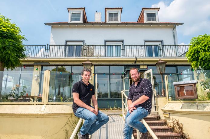 Arjen Gesterkamp (links) en Maarten Pillen hebben het Veerhuis in Oeffelt gekocht.