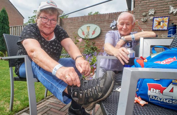 Jo en Tony Bosch uit Oss hebben nu samen 100 volbrachte Vierdaagsen.