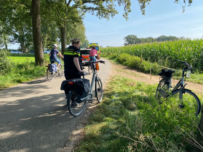 De politie zette de fiets van het slachtoffer even verderop neer bij een boerderij.