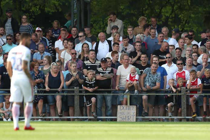 Pakweg 4000 bezoekers genoten zaterdagavond van de oefenwedstrijd Ajax-Steaua Boekarest, waarmee VV Hattem de viering van het honderdjarig bestaan afsloot.