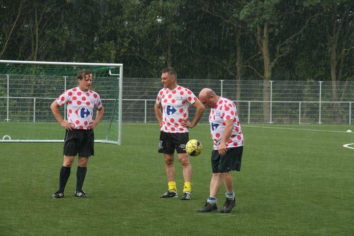 Schepen De Vuyst, gemeenteraadslid Van Keymeulen en burgemeester De Waele lieten zich door de regen niet van de wijs brengen.