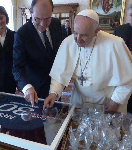 """Le pape François reçoit un maillot de Messi et le félicite de """"ne pas avoir pris la grosse tête"""""""