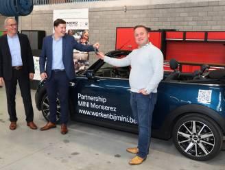 """BMW schenkt nieuwe Mini Cooper aan VTI Ieper: """"Veel leuker dan te moeten sleutelen aan voorbijgestreefde modellen"""""""