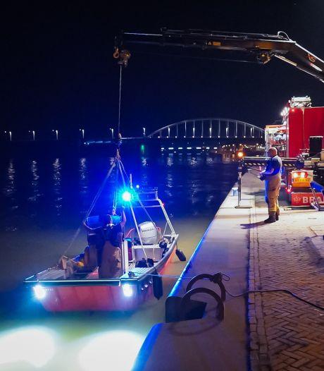Vrouw uit Ede springt in Rijn bij Arnhem en moet gered worden door de brandweer