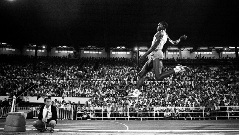 Augustus 1984. Carl Lewis springt een fenomenale 8m65. Beeld Reporters/A. Baranyi