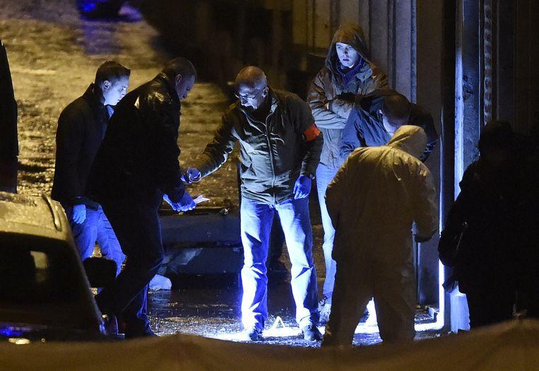 Belgische agenten aan het werk bij een huis in Verviers tijdens de anti-terreuractie van gisteren in de stad. Beeld afp