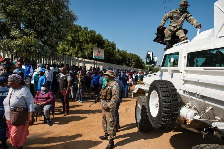 Soldaten arriveren bij buurtcentrum Wings of Life. Beeld Bram Lammers