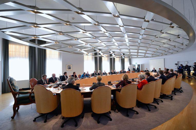 De Raad van State in vergadering bijeen aan het Binnenhof, met links vicevoorzitter Piet Hein Donner. Beeld Corné Bastiaansen / Rijksvastgoedbedrijf