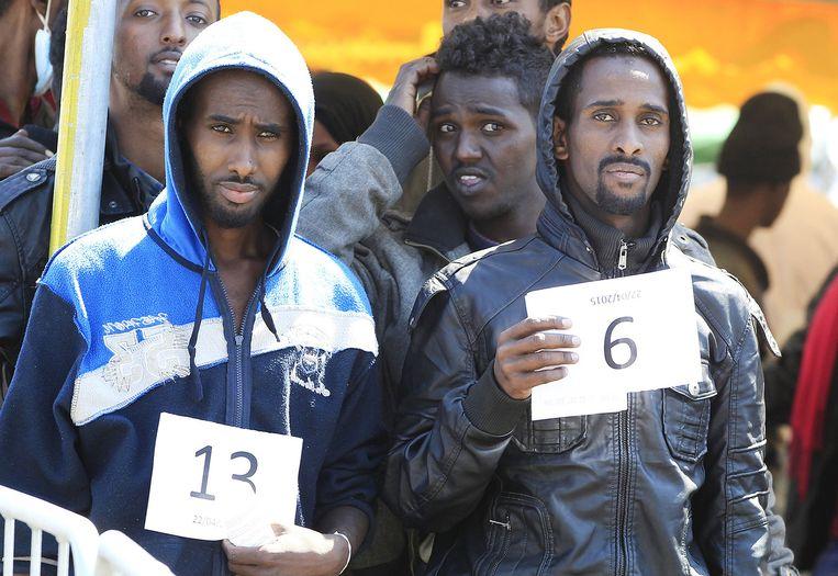 In de Italiaanse havenstad Salerno kwamen woensdag weer nieuwe migranten aan. Beeld reuters