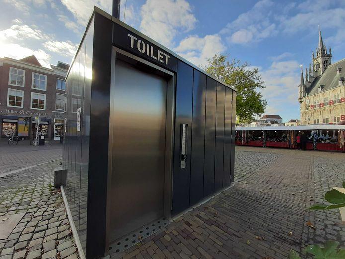 Openbare toiletten zijn er in vele vormen en maten. Dit fraaie exemplaar staat op de Markt in Gouda.