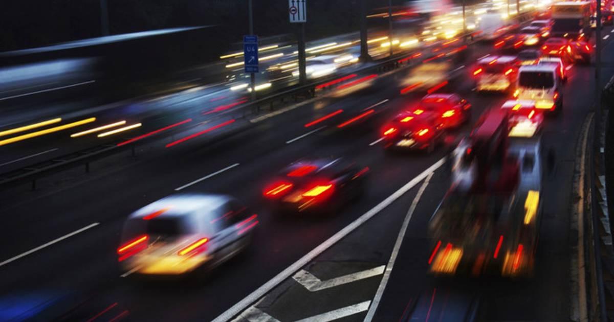 Ongeluk met vrachtwagen zorgt voor problemen op A59: verbindingsweg A16 dicht.