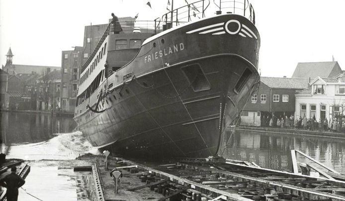 Tewaterlating van de Friesland op 17 december 1955. Die vond plaats bij de scheepswerf van De Vries Lentsch in Alphen.
