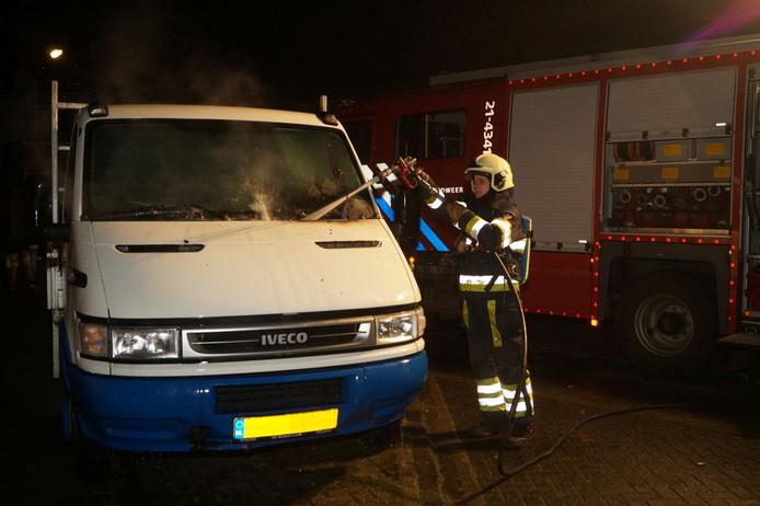 De brandweer blust de bedrijfswagen nog na
