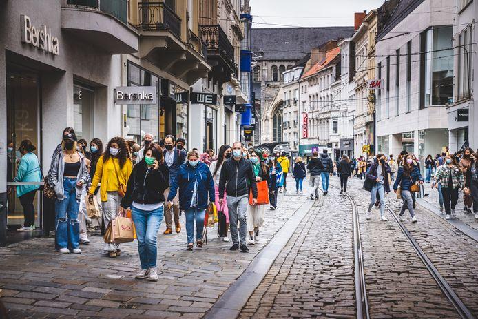 De Veldstraat trekt - zeker op een soldendag als vandaag - nog steeds veel volk. Nochtans zijn in de straat enkel nog grote ketens te vinden.