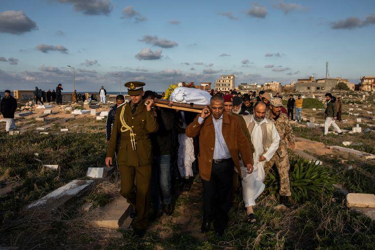 Begrafenis van een 22-jarige jongen die omkwam bij een luchtaanval door troepen van de Libische krijgsheer Haftar op een militaire academie in Tripoli eerder deze maand. Er vielen dertig doden, vooral studenten.  Beeld null