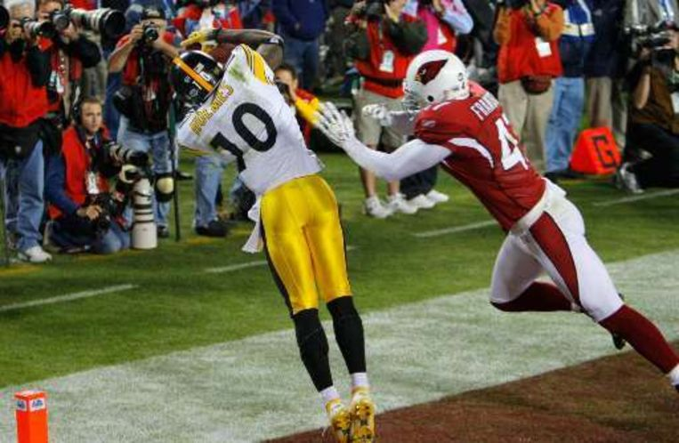 Het beslissende moment: Santonio Holmes scoort 35 seconden voor het einde de beslissende touchdown. Beeld UNKNOWN