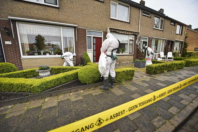 Een gespecialiseerd bedrijf ruimde vorig jaar asbestdeeltjes op die bij een grote brand in een koeienstal in Hazerswoude-Dorp vrijkwamen. Beeld ANP