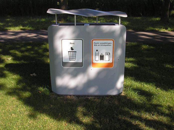Woerden probeert het de inwoner gemakkelijk te maken om afval te scheiden. Een voorbeeld is de proef met een afvalbak met twee openingen op Landgoed Bredius.