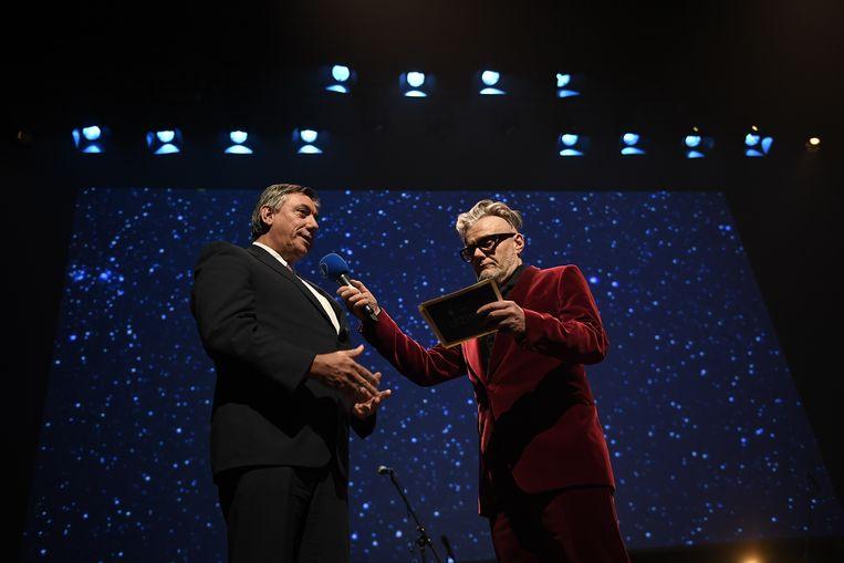 Jan Jambon en Marcel Vanthilt tijdens de uitreiking van de Ultimas gisteravond. Beeld BELGA