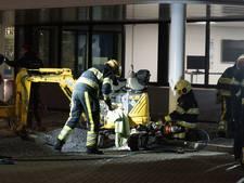 Man komt met been vast te zitten in minigraver in Nieuwkuijk en moet worden bevrijd door de brandweer