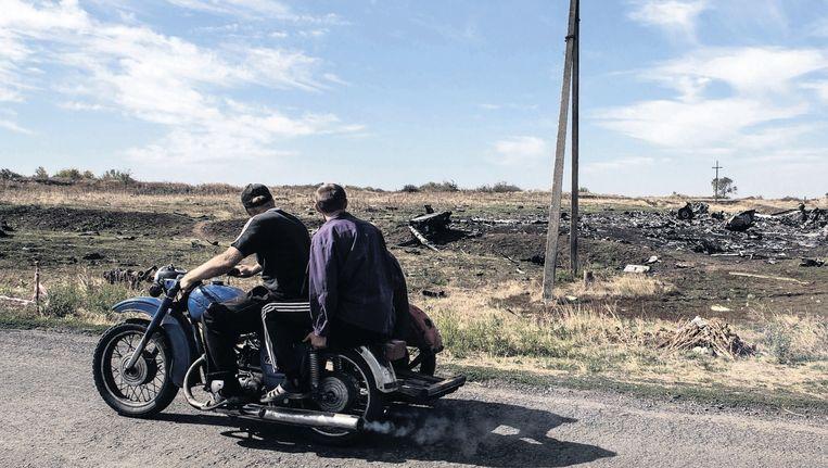 De buurmannen Aleksander en Aleksander gaan op weg om raketresten op te ruimen in Hrabove in Oost-Oekraïne. Beeld Maria Turchenkova