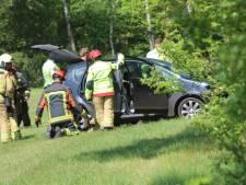 Brandweer haalt automobilist uit voertuig na botsing met boom bij Warnsveld