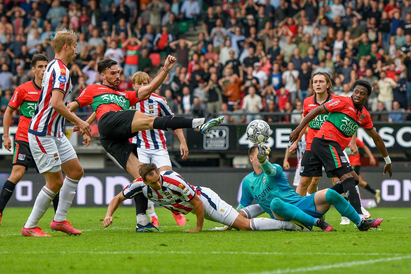 NEC-verdediger krijgt de bal na een scrimmage in het strafschopgebied van Willem II niet in het doel.