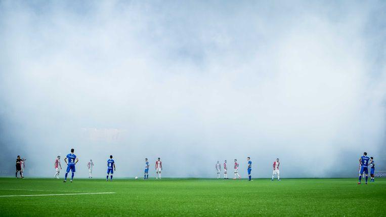De wedstrijd tussen FC Emmen en PEC Zwolle moest korte tijd worden stilgelegd vanwege rookbommen op het veld. Beeld ANP