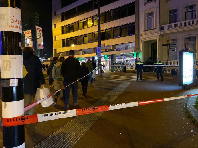 De politie zette direct na de steekpartij heeft een deel van het Willemsplein in Arnhem af.