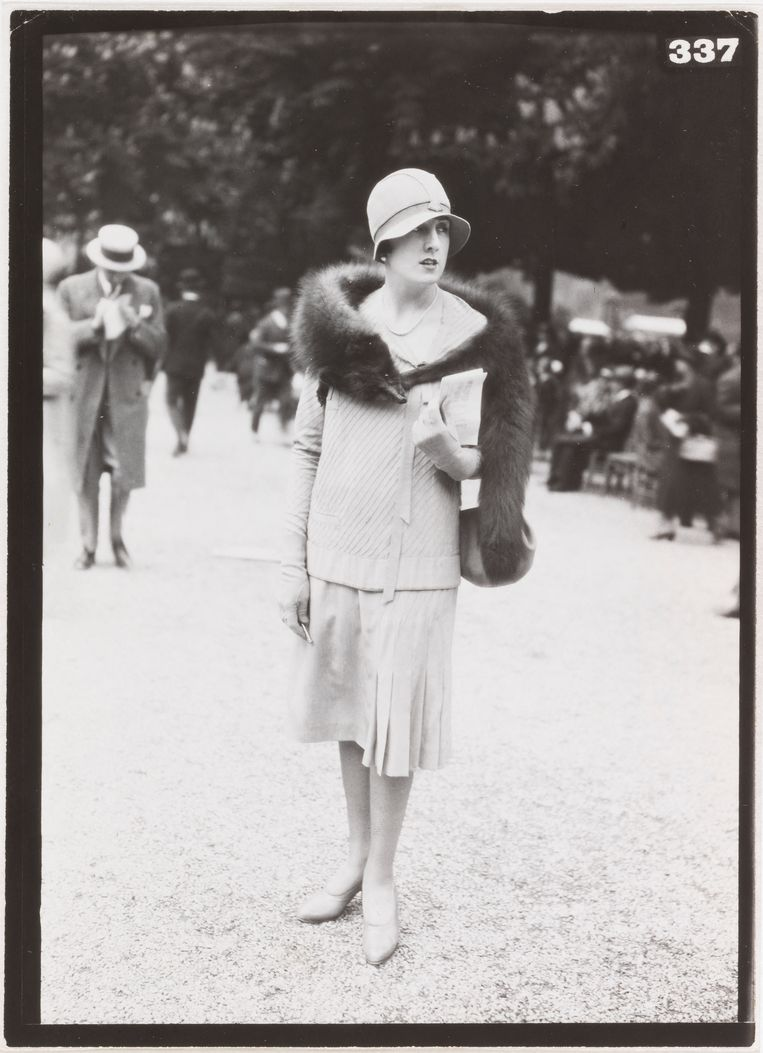 Mode op de renbaan Longchamps, 1926. Mannequin Dorys, model voor Agnès.   Beeld Paul Géniaux