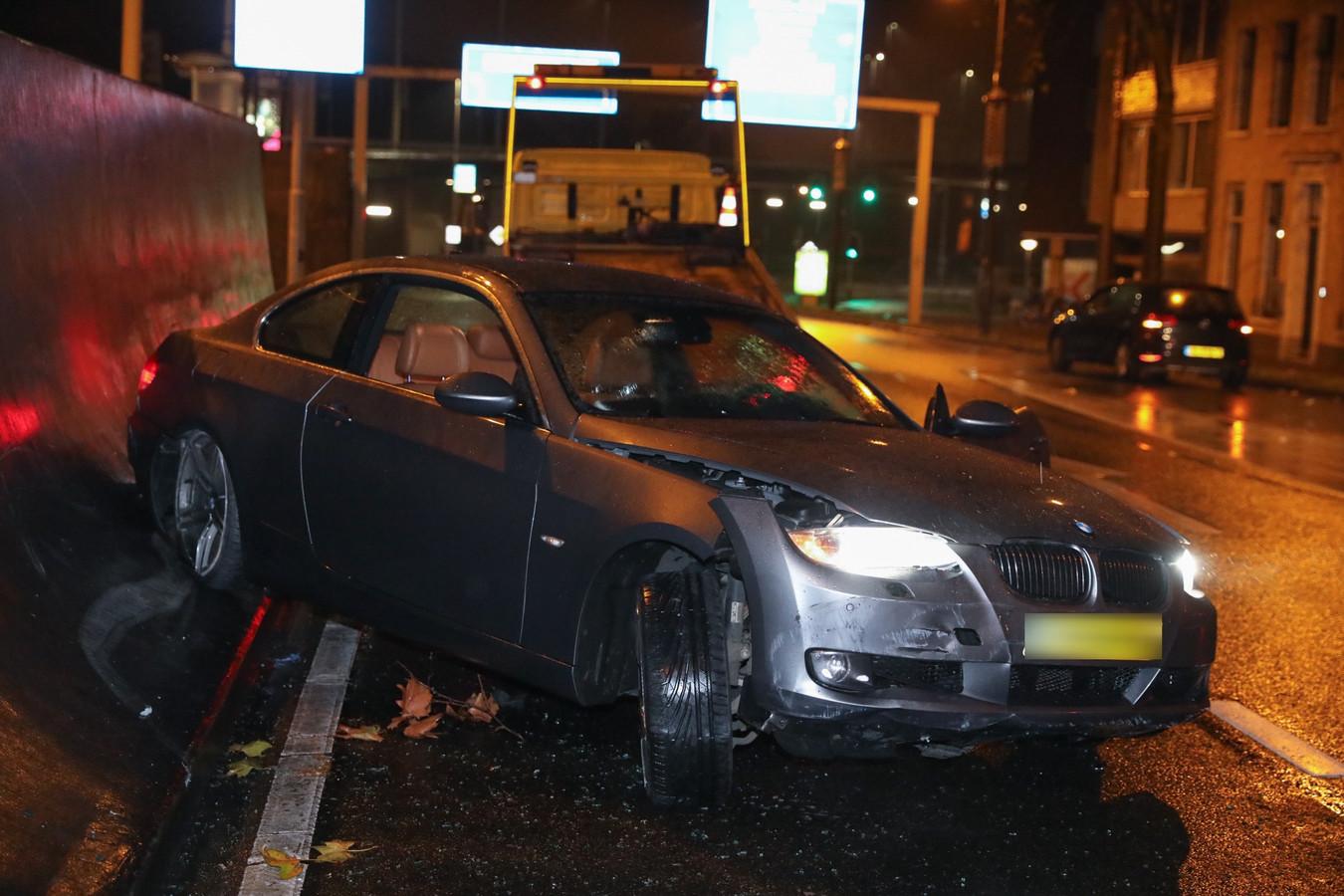 De auto is zwaarbeschadigd geraakt bij het ongeval in de Arnhemse Willemstunnel.