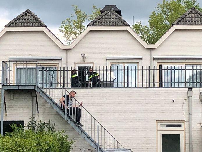De politie doet onderzoek in de hotelkamer in Woudenberg