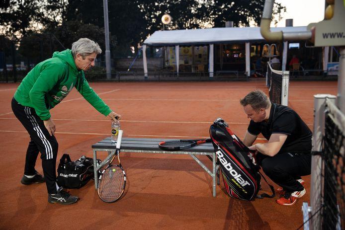 Tennisvereniging  Fidote is geprivatiseerd. Louis Beekmans (links) en  Erik Klaassen pakken hun spullen om een potje te gaan tennissen.