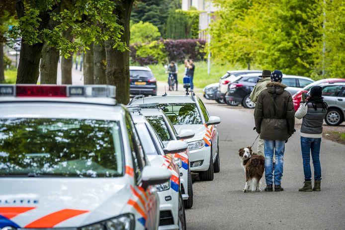 De politie doet onderzoek op de Brunssummerheide, waar twee doden zijn gevonden.