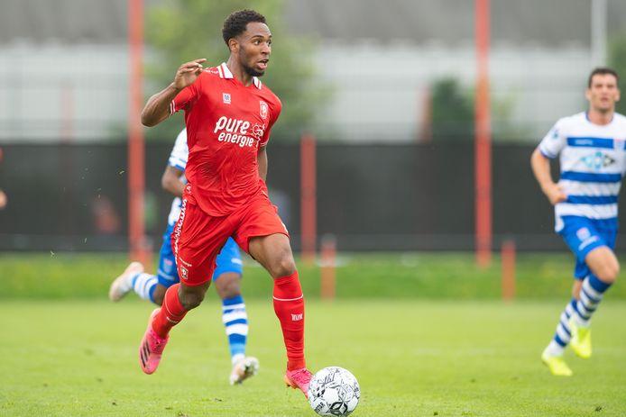 Denilho Cleonise in actie in het oefenduel tegen PEC Zwolle.
