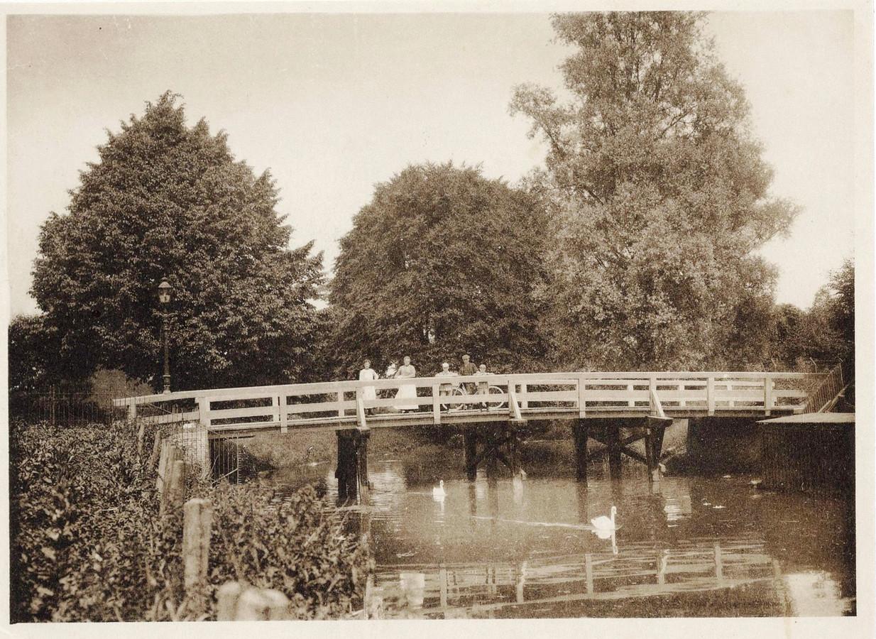 Het gezelschap op de houten brug tussen de Bloemendalsestraat en de Hooglandseweg neemt even de tijd. Op de achtergrond: Plantsoen Noord.