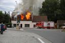 De vlammen kwamen metershoog door de dakramen.