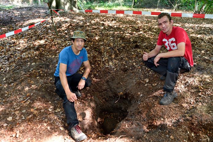 Patrick Burgers (l) en Henk Kok op de plek waar ze de 500-ponder vonden.
