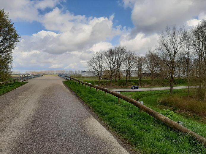 Het viaduct over de Nieuwe Postweg (N286) dat in 2022 vervangen wordt.