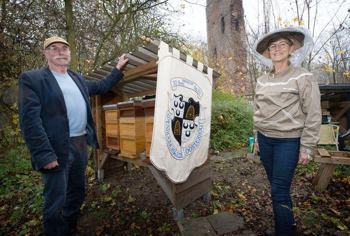 Corry Botterman en Marcel Elshout van het 350 jaar oude Bijenhoudersgilde Oosterhout.