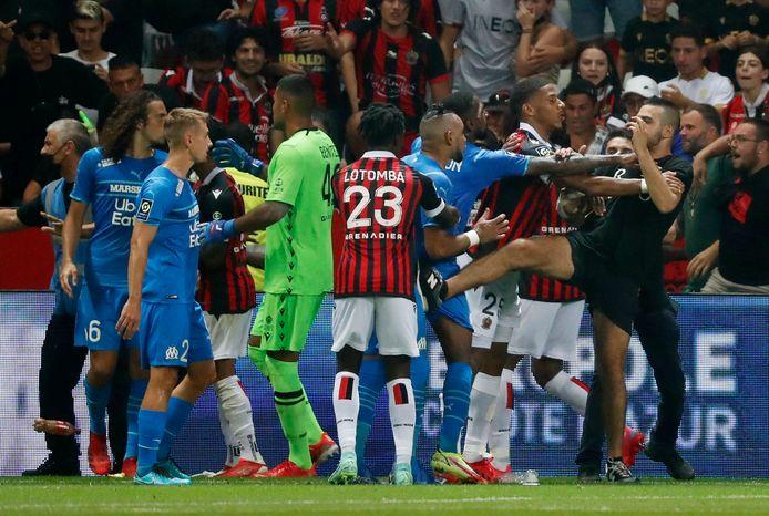 Een supporter van Nice probeert een trap uit te delen aan Dimitri Payet.