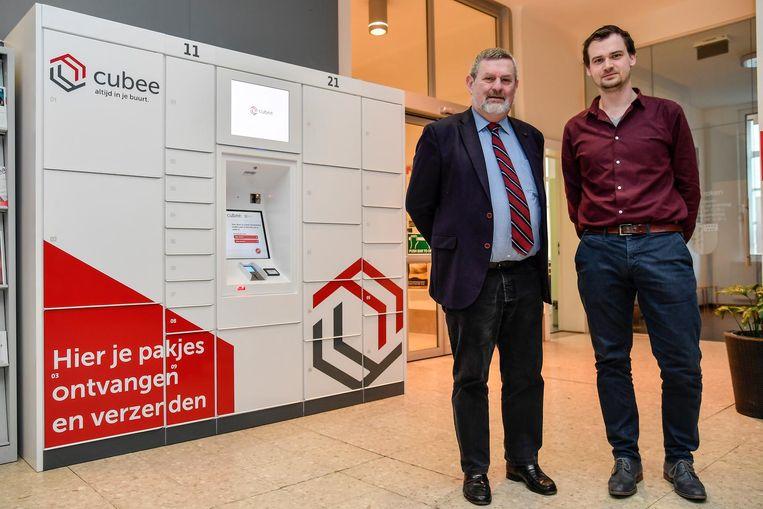 Burgemeester Herman Vijt en Bram De Winne bij de pakjesautomaat.
