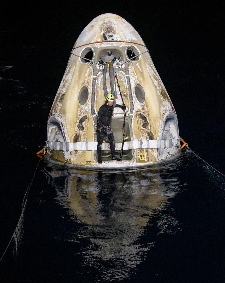 De SpaceX Crew Dragon van  Elon Musk is zojuist voor de kust van Florida op zee geland na een verblijf van 160 dagen in de ruimte. Voor de   vier astronauton aan boord – drie Amerikanen en een Japanner – wordt de deur van buitenaf opengemaakt. De volgende bemande Crew Dragon gaat volgens de planning in oktober op ruimtereis. Beeld AP