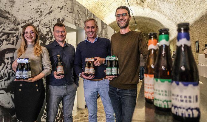 Kelly Devos, Hannes Malfait, Stefaan Demeyere en Pieter Verdonck, vier mensen die verbonden zijn aan de brouwerij, tonen de nieuwe bieren.