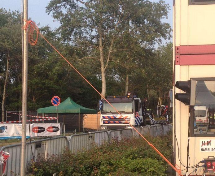 Eén van de motoren wordt door de politie weggehaald