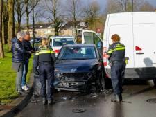Bestuurder wordt niet lekker en botst op gloednieuwe auto in Apeldoorn