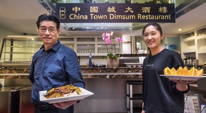 Jim Lee (links) en Ha serveren heerlijke gerechten.